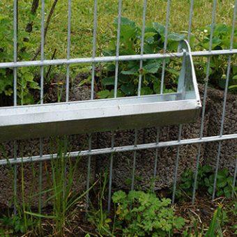 Hühner im Garten füttern - Hühnertrog aus Metall